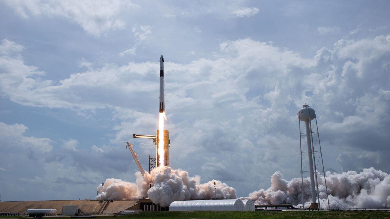 Die SpaceX Falcon 9 hebt ab.