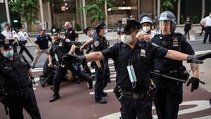 Polizisten verhaften Demonstranten vor dem Trump Tower