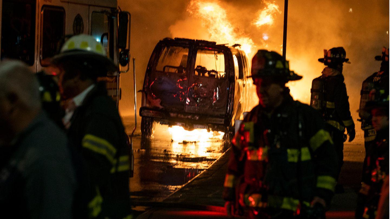 Ein Fahrzeug brennt in der Nähe des Union Square während einer Demonstration für George Floyd