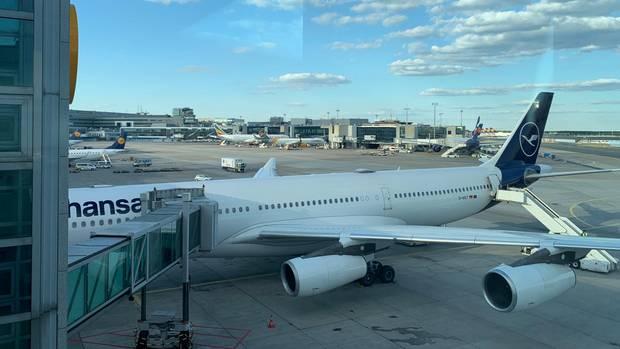 Ein Flugzeug der Lufthansa steht am Flughafen Frankfurt bereit für einen Sonderflug nach Tianjin