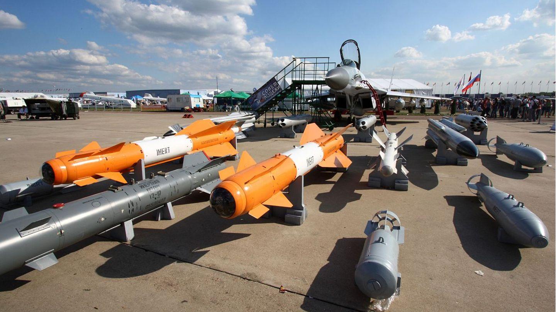 EineMiG-29SMT mit Bewaffnung auf einer Luftfahrtmesse bei Moskau.