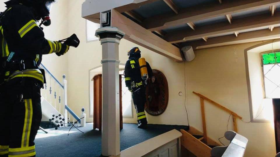 Beim Eintreffen der Feuerwehrkräfte sei die Kirche sehr verraucht gewesen
