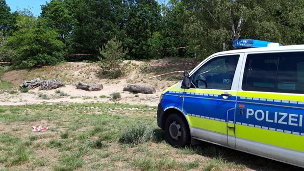 Ein Polizeiauto steht an der Stelle, an der ein Mannauf eine Menschengruppe geschossen und einen 27-Jährigen verletzt hat