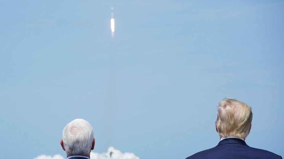 US-Präsident Donald Trump (r.) und sein Vize Mike Pence waren extra für den Start angereist