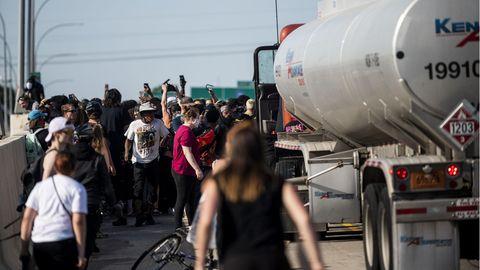 Menschen umringen einen Tanklaster