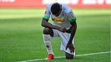 Eindrucksvoller Kniefall:Marcus Thuram setzt nach seinem 2:0-Treffer ein unmissverständliches Zeichen