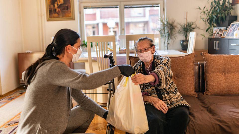 Seniorenbetreuerinnen aus Osteuropa : Was tun, wenn die Pflegerin für die Eltern nicht mehr kommen kann?