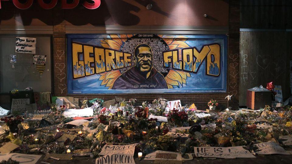 Kerzen und Blumen am Denkmal für George Floyd in Minneapolis (Minnesota, USA)