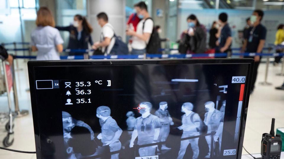 Fliegen und Corona: Mit einem Thermal Body Scanner wird am Airport ie Körpertemperatur gemessen