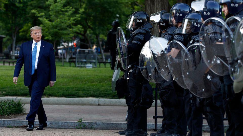 Donald Trump geht an Polizisten vorbei