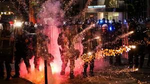 USA, St. Louis: Feuerwerkskörper explodieren vor Polizisten bei Protesten vor dem Polizeihauptquartier