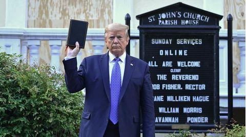 Donald Trump hält eine Bibel hoch vor der St. John's Episcopal Church in Washington, D.C.