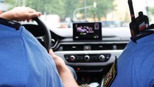 Polizeibeamte in einem Streifenwagen als Symbolfoto für Nachrichten aus Deutschland