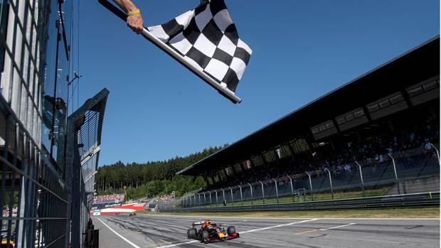 Formel 1 - Zielflagge bei Zieleinfahrt in Spielberg, Österreich