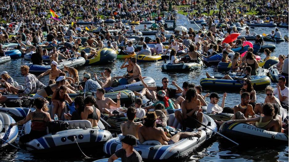 Demo-Party auf Berliner Kanal