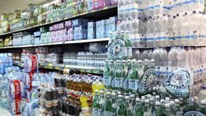 Getränkeregal im Supermarkt als Symbolfoto für Nachrichten aus Deutschland