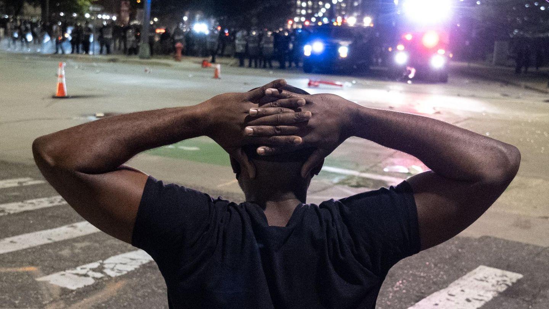 Demonstrant in Detroit im Angesicht der Polizei