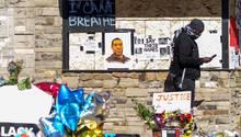 An der Straße in Minneapolis, in der George Floydstarb, ist eine provisorische Gedenkstätte entstanden