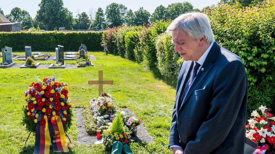 Der Hessische Ministerpräsident Volker Bouffier am Grab des ermordeten Politikers Walter Lübcke