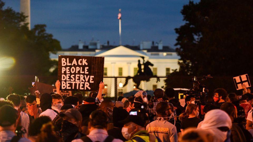 Auch vor dem Weißen Haus versammelten sich am Abend die Demonstranten