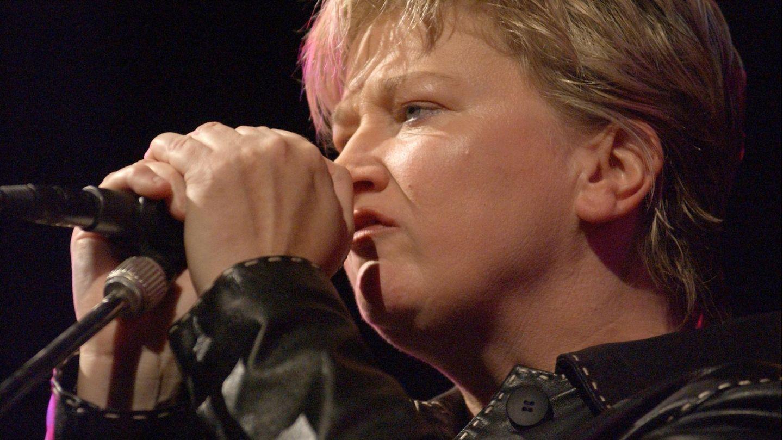 Sängerin Anne Clark muss sich bis Ende des Jahres einer Krebsbehandlung unterziehen.
