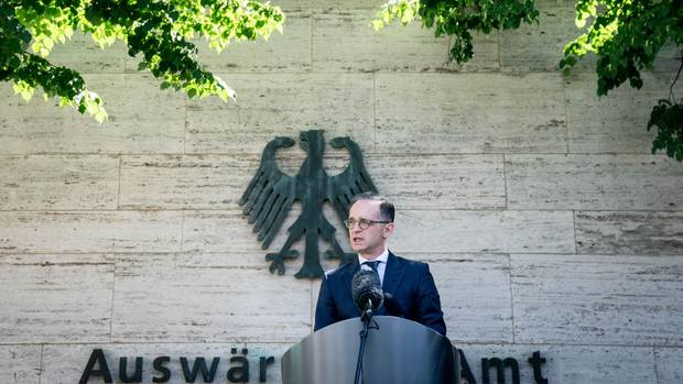 Außenminister Heiko Maas gibt sein Pressestatement zur Aufhebung der Reisewarnung vor dem Auswärtigen Amt ab