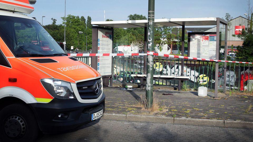 Ein Mann stand an einer Bushaltestelle in Flammen