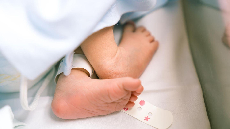 Ein Säugling auf einer Babystation.