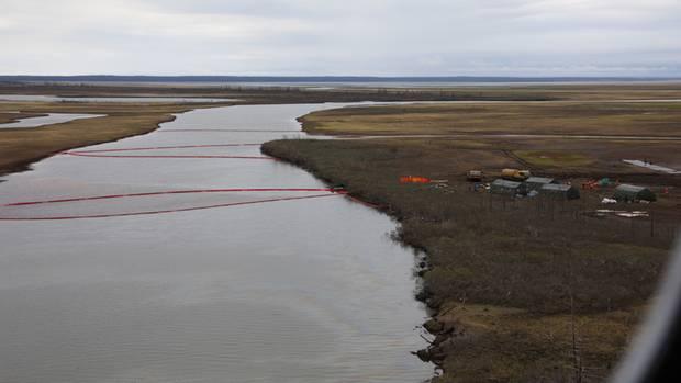 Fluss Ambarnaja bei Norilsk: Spezialisten versuchen das Wasser vom Diesel zu reinigen