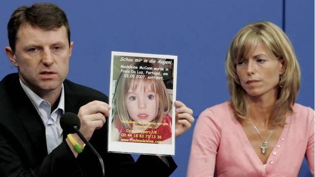 Kate und Gerry McCann zeigen in Berlin bei einer Pressekonferenz ein Foto ihrer Tochter Madeleine (Archivfoto vom 06. Juni 2007)