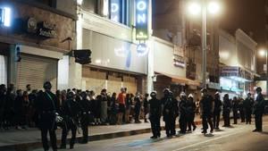 Demonstranten werden von der Polizei festgenommen, nachdem die Ausgangssperrein Los Angeles in Kraft getreten ist