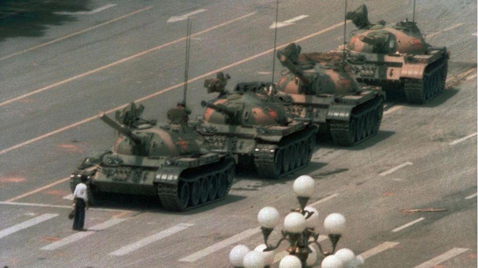Ein Mann, der sich vor die Panzer stellt - dieses Foto wurde zum Symbol für die Niederschlagung der Demonstrationen auf dem Platz des Himmlischen Friedens in Peking