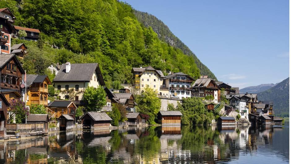 Bild 1 von 22der Fotostrecke zum Klicken:  Österreich  Das Leben in Österreich ist zuletzt langsam wieder zur Normalität zurückgekehrt. Die Einschränkungen für Urlauber sind ab Mitte Juni nicht mehr allzu gravierend. Vor Pfingsten hatten bereits alle Hotels und Beherbergungsbetriebe in der Alpenrepublik wieder geöffnet. Restaurants und Lokale können schon länger wieder besucht werden. Die Sperrstunde in der Gastronomie wird ab 15. Juni auf 1Uhr nachts verlegt.      Ab Mitte Juni fällt zudem die Pflicht zum Tragen des Mund-Nasen-Schutzes in der Öffentlichkeit großteils weg. Urlauber dürfen sich so auch dieses Jahr auf üppige Frühstücksbuffets und Entspannung im Wellnessbereich freuen - wenn auch mit mehr Abstand als sonst. Ebenfalls wieder geöffnet sind auch Freizeiteinrichtungen und zahlreiche Museen. Auch Kulturveranstaltungen sind mit etwas Vorsicht wieder erlaubt. Ein volles Theater erwartet den Österreich-Urlauber zunächst aber nicht. Bis August wird das Gästelimit für solche Veranstaltungen stetig angehoben.