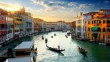 Italien  In Italien herrscht nach rund drei Monaten mit Corona-Beschränkungen wieder weitgehende Reisefreiheit. Das Land öffnete die Grenzen am 3. Juni auch für Urlauber aus den anderen 26 EU-Ländern sowie weiteren Staaten wie Großbritannien, Norwegen und der Schweiz. Eine Virus-Quarantäne von zwei Wochen wird von ihnen nicht mehr verlangt.      An Flughäfen, Bahnhöfen, in Museen und an vielen anderen öffentlichen Orten müssen Reisende damit rechnen, dass mit einem Scanner Fieber gemessen wird. Überall gelten strenge Abstands- und Hygienevorschriften, etwa am Strand, im Restaurant und in Hotels. Die Fallzahlen gehen in Italien seit langem zurück. Mit Abstand die allermeisten Fälle hat die Lombardei. In den meisten Regionen in Süditalien gab es dagegen keine schweren Ausbrüche.