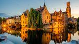 Belgien  elgien tastet sich vorsichtiger aus den Corona-Einschränkungen heraus als Nachbarländer. Seit einigen Tagen dürfen Belgier zumindest wieder Besuch von Verwandten aus dem Ausland empfangen. Zudem dürfen sie selbst zu Verwandten oder zum Einkaufen in Nachbarländer wie Deutschland oder die Niederlande fahren.      Restaurants, Cafés und Hotels sind nach wie vor geschlossen. Der Nationale Sicherheitsrat beriet am Mittwoch darüber, wie es mit den Lockerungen weitergehen könnte - auch mit Blick auf den Tourismus. Bei Urlaubern sind sowohl die Nordseestrände im Norden des Landes als auch die belgische Hauptstadt Brüssel mit den EU-Institutionen und die Wallonie mit den Ardennen beliebt.