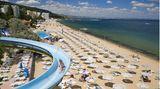Bulgarien  Das Urlaubsland am Schwarzen Meer rüstet sich für eine Sommersaison unter Corona-Auflagen. Die soll für ausländische Touristen etwa aus Deutschland am 1. Juli beginnen. Bulgarien gehört zu den Ländern, die relativ gering von der Coronavirus-Pandemie betroffen sind. An den langen Badestränden stehen die Liegestühle bereits in großen Abständen. Dosierspender mit Desinfektionsmitteln sowie Isolierräume für Coronavirus-Fälle sollen zum Standard gehören. Die kleineren Hotels nehmen bereits heimische Touristen auf.      Doch Bulgariens Fremdenverkehr hängt stark von Auslandsflügen ab, über die es noch keine Klarheit gibt. Deswegen herrscht große Ungewissheit für die großen Hotels, die vor allem Feriengäste aus dem Ausland unterbringen. Große Hotels, die Buchungen aus Staaten haben, die ihre Grenzen nicht öffnen, würden nach Brancheninformationen den Betrieb nicht wieder aufnehmen. In dem Balkanland sind Restaurants, Cafés, Museen, Kinos sowie Fitnesszentren und Shoppingmalls wieder geöffnet.