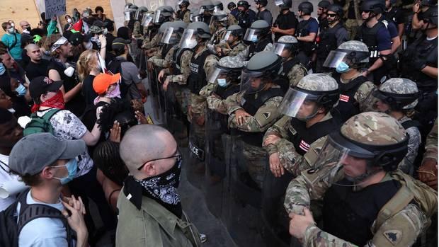 Washington: Demonstranten und soldaten stehen sich gegenüber