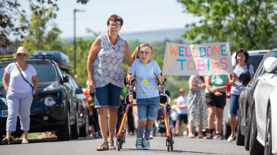 Der neunjährige Tobias Weller leidetan zerebraler Kinderlähmung und Autismus. Erhatte es sichdas Ziel gesetzt, einen Marathon mit seiner Gehhilfe während des Lockdown zu laufen.