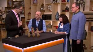 """""""Bares für Rares""""-Experte Detlev Kümmel erklärt Moderator Horst Lichter das Hasenkegelspiel von Florian und Brigitte Markl."""