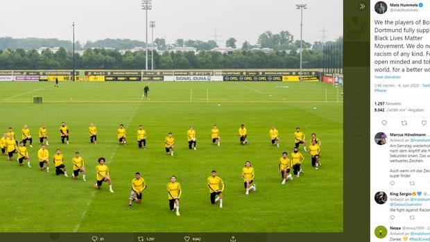 Die BVB-Profis formten ein Herz auf dem Trainingsplatz, um ein Zeichen gegen Rassismus zu setzen