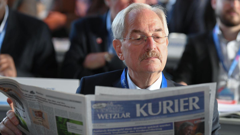CDU-Bundestagsabgeordneter Hans-Jürgen Irmer liest im Wetzlar Kurier