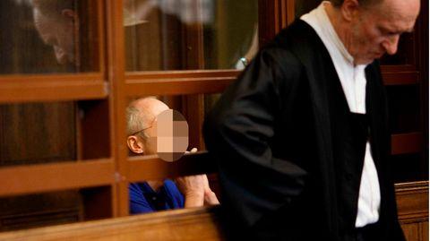 Der 57-jährige Angeklagte sitzt hinter Eckart Wähner (r), Verteidiger