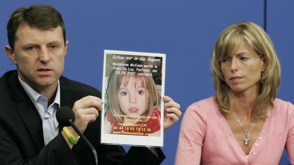 Kate und Gerry McCann zeigen während einer Pressekonferenz ein Bild ihrer verschwundenen Tochter