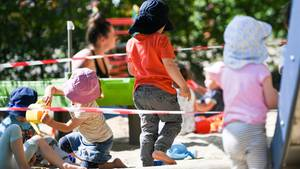Der Staat zahlt300 Euro pro Kind an Familien. egal welche Gehaltsklasse sie haben
