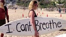 Surfer in Kalifornien gedenken George Floyd