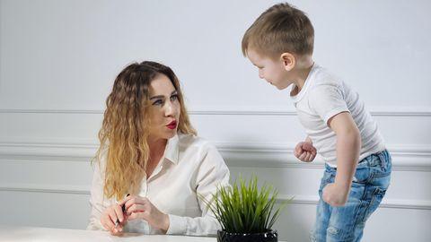 Junge nervt Mutter