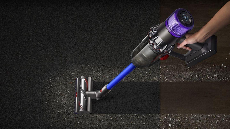 Die Bodendüsedes Dyson V11 Absolute Extra Pro passt die Saugleistung automatisch an den Untergrund an.