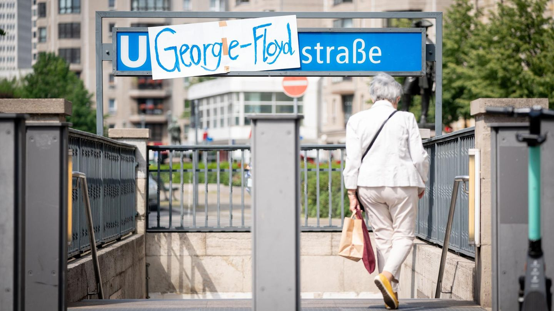 "Schild ""George-Floyd-Straße"" am U-Bahnhof Mohrenstraße in Berlin"