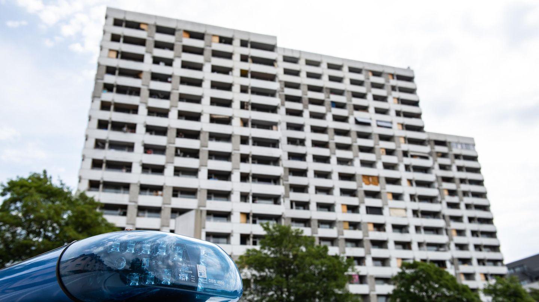 Göttingen: Ein Einsatzfahrzeug der Polizei steht vor dem Iduna-Zentrum. Bei mehreren größeren privaten Feiern haben sich in Göttingen etliche Menschen mit dem neuartigen Coronavirus infiziert.In dem Komplex wohnten rund 60 Kontaktpersonen.