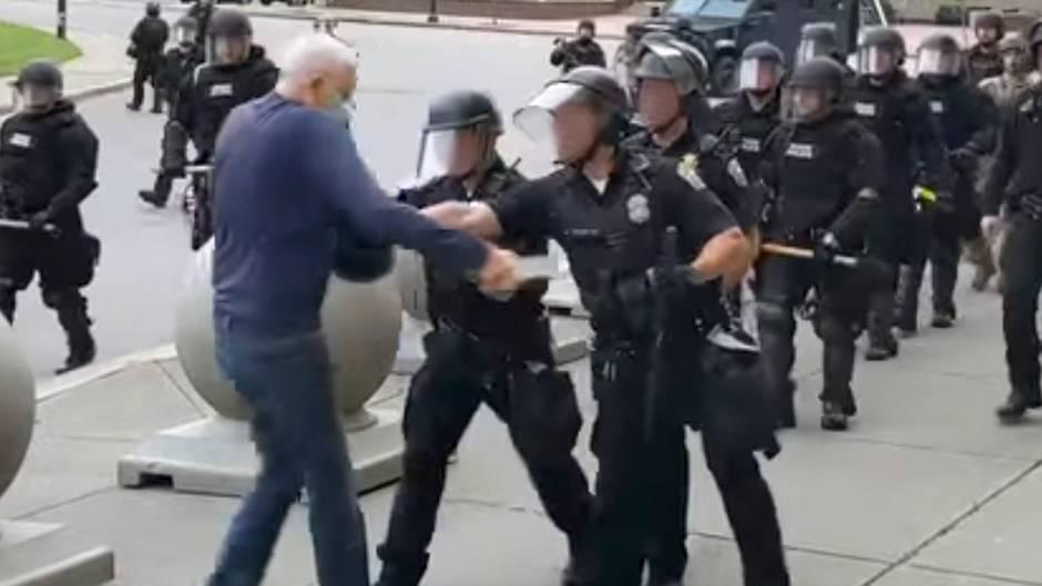 Proteste in den USA: Verstörendes Video:Polizisten schubsen 75-Jährigen und verletzen ihn schwer